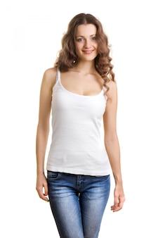 Jolie jeune femme en t-shirt blanc et jeans sur fond blanc