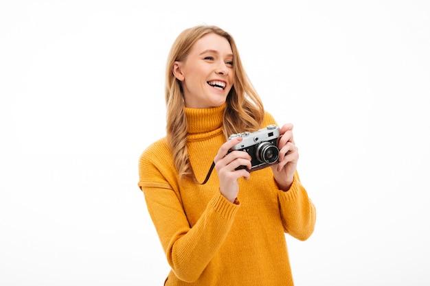 Jolie jeune femme tenant la caméra.