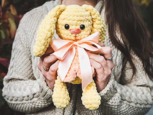 Jolie jeune femme tenant un jouet en peluche