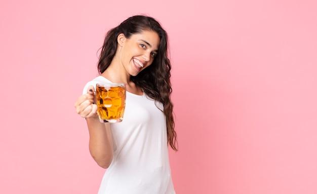 Jolie jeune femme tenant une pinte de bière
