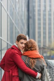 Jolie jeune femme tenant son partenaire
