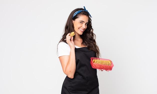 Jolie jeune femme tenant un tupperware