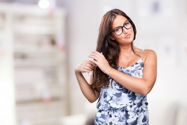 Jolie jeune femme de toucher ses cheveux