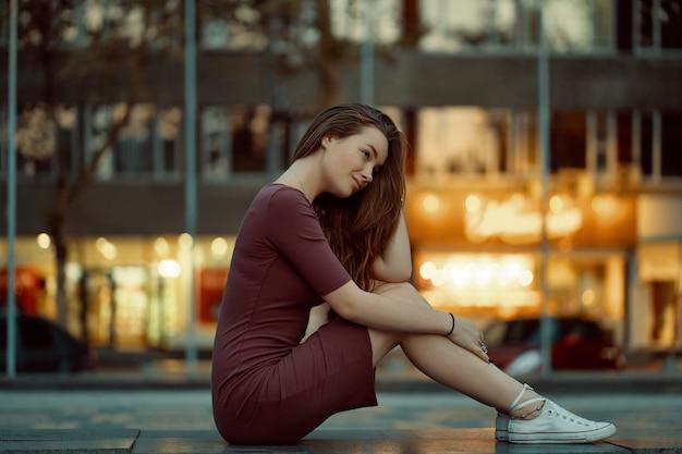 Jolie jeune femme avec des traits de visage de conte de fées avec des lumières de la ville