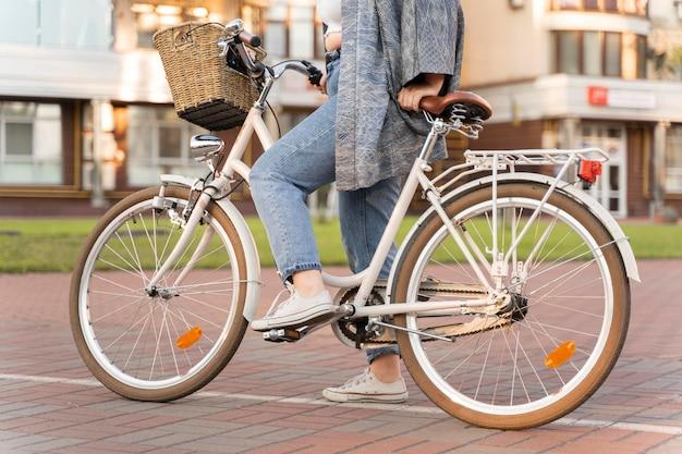 Jolie jeune femme à vélo