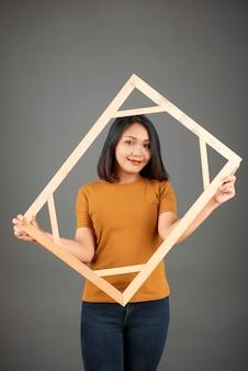 Jolie jeune femme vietnamienne avec cadre