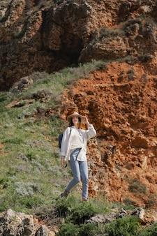 Jolie jeune femme voyageant seule