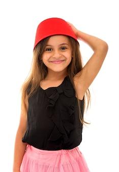 Jolie jeune fille avec beau sourire portant un fès
