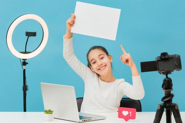 Jolie jeune fille enregistrant un blog vidéo