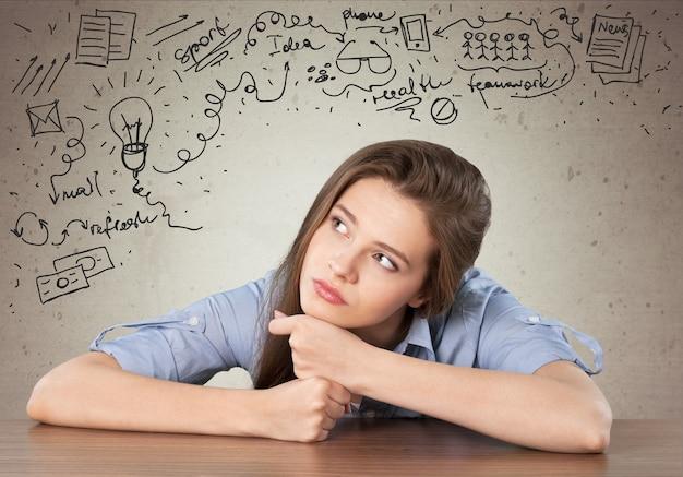 Jolie jeune fille étudiante réfléchie sur fond