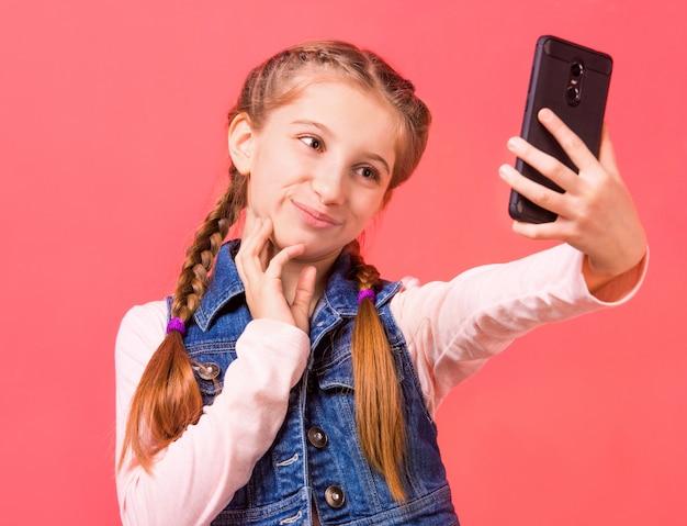 Jolie jeune fille faisant selfie