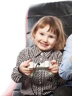 Jolie jeune fille jouant au jeu vidéo
