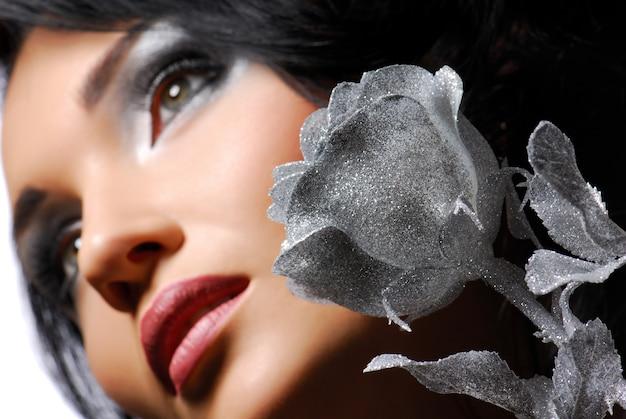 Jolie jeune fille avec une rose argentée regardant ailleurs ... ð¸ñ ðºñƒñ ñ ñ'ð²ðµð½ð½ñ ‹ð¹