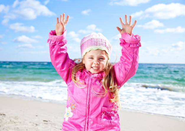 Jolie jeune fille s'amuser sur la plage