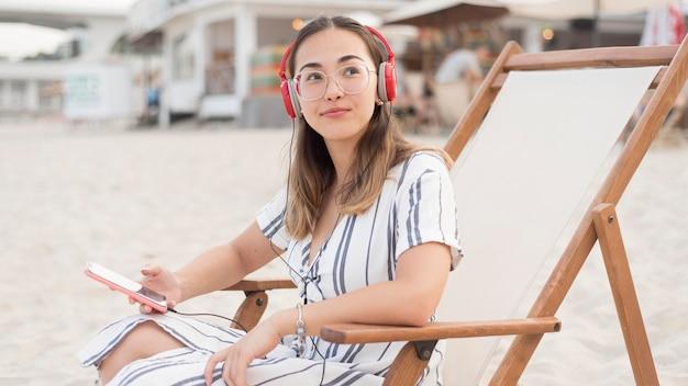 Jolie jeune fille se détendre à la plage