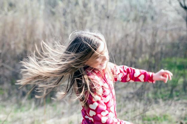 Jolie jeune fille souriante se détendre en plein air