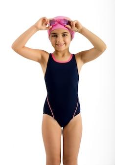 Jolie jeune fille en tenue de mode de natation