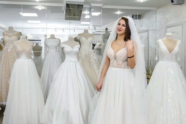 Jolie jeune mariée en robe de mariée dans un salon moderne