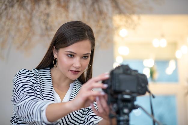 Jolie jolie femme regardant dans l'appareil photo tout en étant prêt à tirer