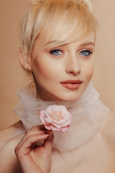 Jolie jolie fille aux cheveux blonds, tir de mode, rose, fond simple