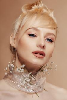 Jolie jolie fille aux cheveux blonds, tir de mode, rose, fond simple