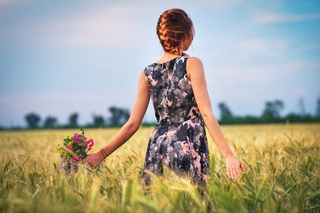 Jolie jolie fille avec un bouquet de fleurs colorées dans ses mains.