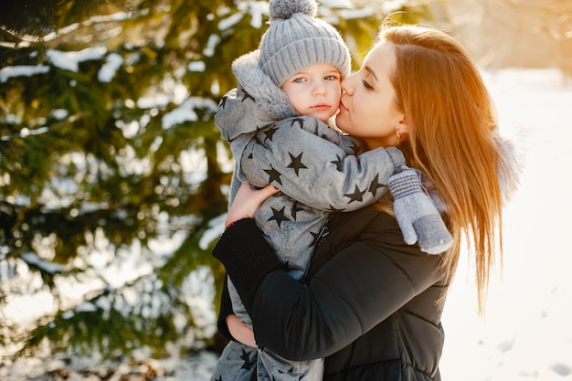 Jolie maman avec petit fils