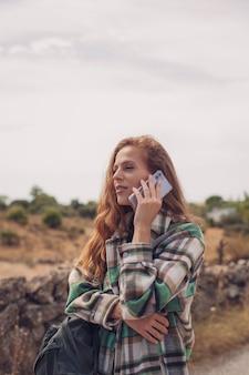Une jolie mannequin appelle avec son téléphone