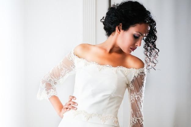 Jolie mariée regardant sa robe de mariée