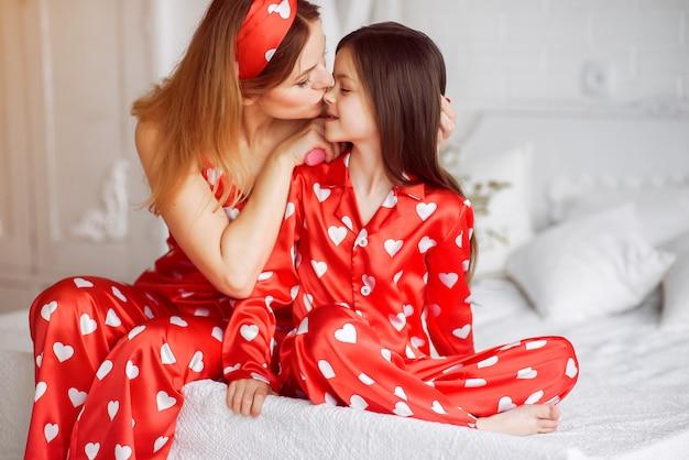Jolie mère et fille à la maison en pyjama