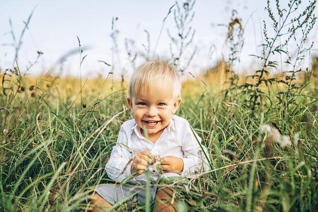 Jolie petit bébé garçon s'amuser en plein air