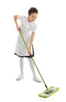 Jolie petite femme de chambre avec une vadrouille sur fond blanc