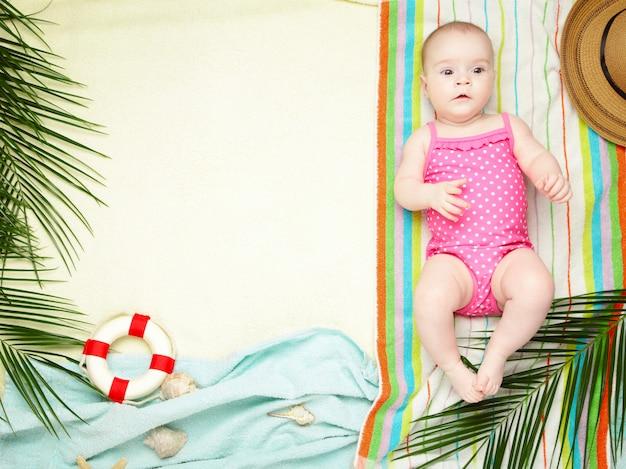 Jolie petite fille avec des accessoires de plage. vacances en mer avec bébé, concept d'été