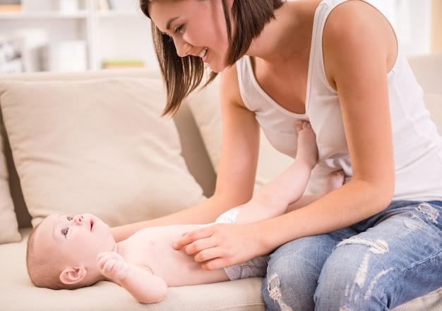 Jolie petite fille allongée sur le canapé avec sa mère.