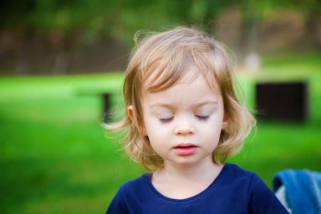 Jolie petite fille aux yeux fermés