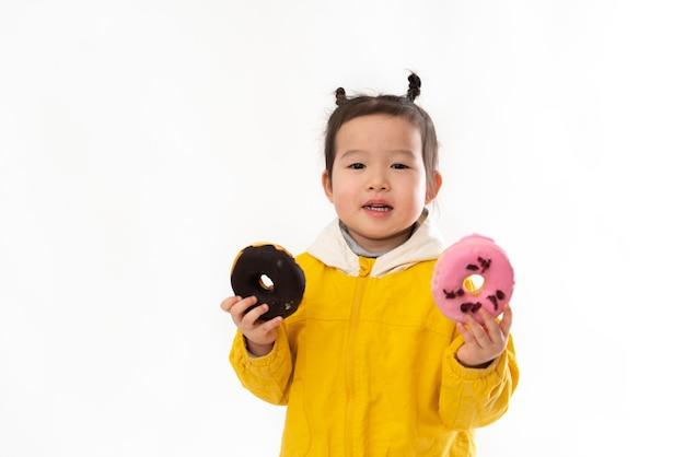 Jolie petite fille avec des beignets
