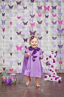 Jolie petite fille avec des bonbons colorés