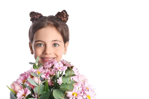 Jolie petite fille avec bouquet de belles fleurs sur blanc