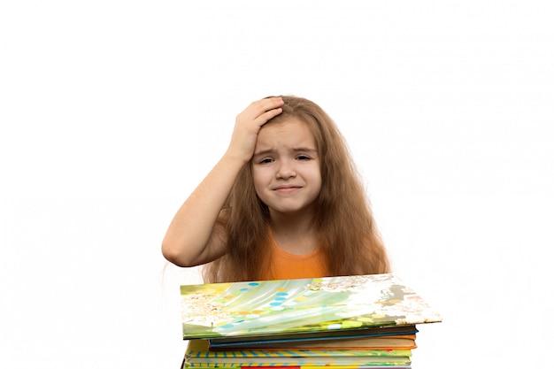 Jolie petite fille caucasienne avec des livres. portrait de l'école. isolé sur fond blanc