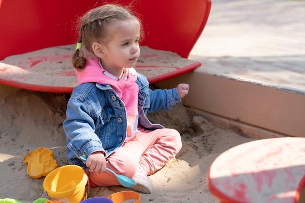 Jolie petite fille caucasienne sur le terrain de jeu