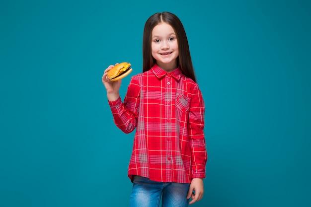 Jolie petite fille en chemise à carreaux aux cheveux brunet