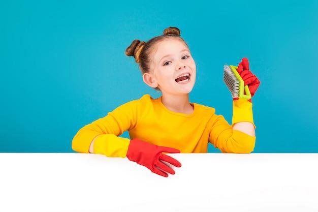 Une jolie petite fille en chemise jaune