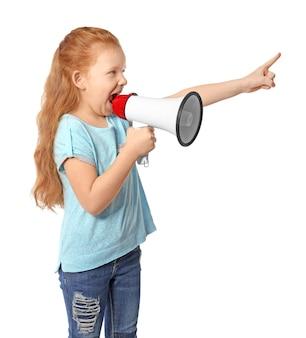 Jolie petite fille criant dans un mégaphone sur blanc