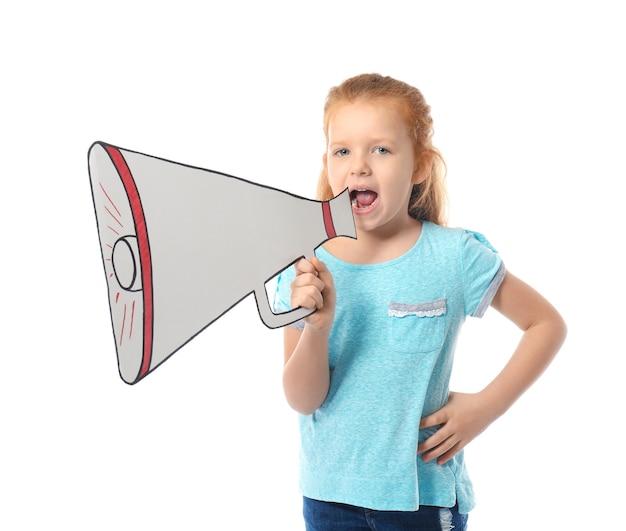 Jolie petite fille criant dans un mégaphone en papier sur blanc