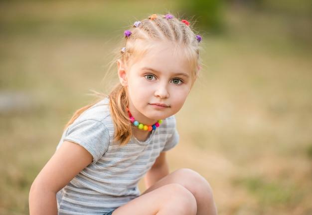 Jolie petite fille dans le bois d'été