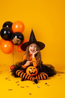 Jolie petite fille dans un costume de sorcière pour halloween