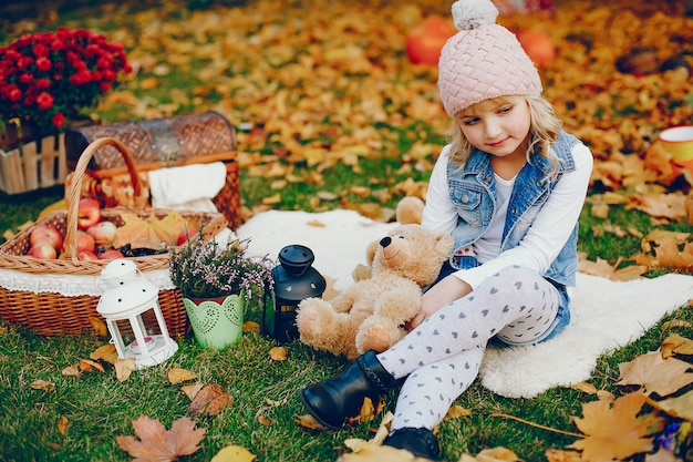 Jolie petite fille dans un parc en automne