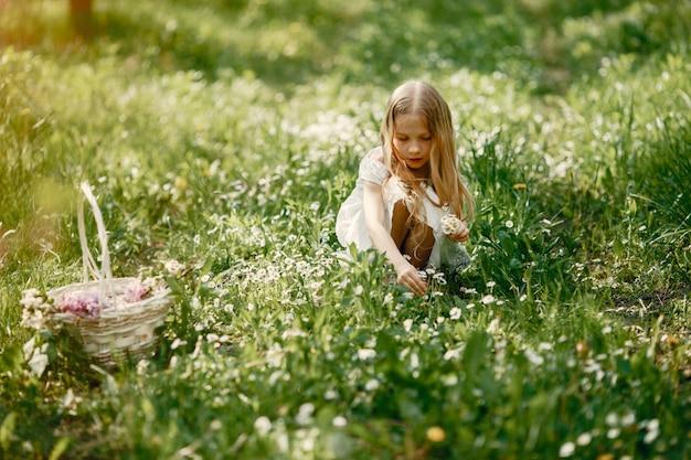 Jolie petite fille dans un parc de printemps