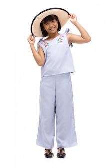 Jolie petite fille debout en maillot de bain et chapeau blanc
