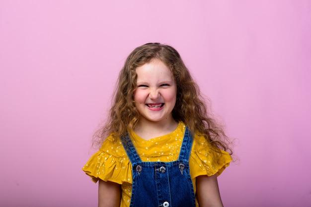 Jolie petite fille élégante aux cheveux bouclés